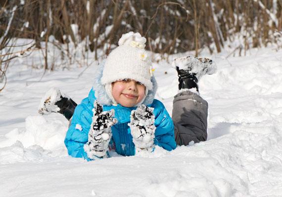 Az immunrendszert erősíti a szabad levegőn való mozgás. Öltöztesd fel jól a kicsit, és vidd ki legalább 20-30 percre - a séta, ugrálás, rohangálás, szánkózás egyaránt jó lehet.