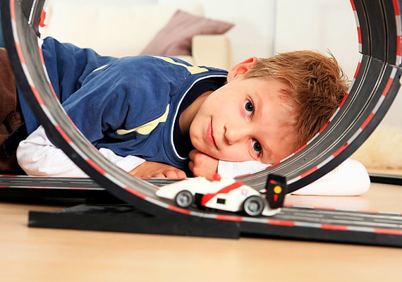 Nincs olyan kisfiú, aki ne örülne egy távirányítós kisautónak vagy egy autópályának.
