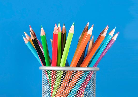 A kis Picassók imádják a színes művészkészleteket, festékkel, színes ceruzával, zsírkrétával.