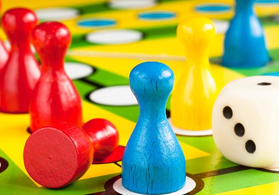 Rengetegféle társasjáték létezik, amelyek szintén az IQ fejlesztésében játszanak szerepet. A gyerekek imádják.