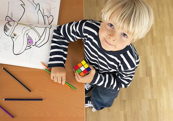Ha nagyobb gyereked van, érdemes egy Rubik-kockát is beszerezned. A színek a vizuális memóriáját fejlesztik, míg a kirakórésze a logikát.