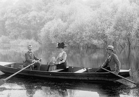 Csónakázás - vagy ahogy akkoriban mondták: csolnakázás - a tavon. A kisgyerek viselete, mint akkoriban oly sokszor, a nagyokét idézi.