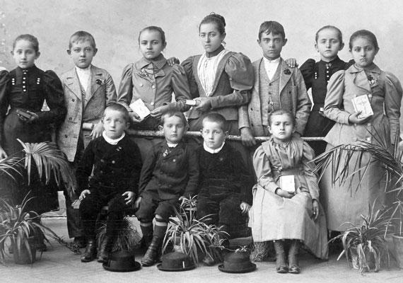Ez volt az illő viselet elsőáldozáson 1894-ben.