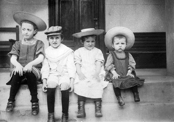 Fejfedő nélkül nem ér. Lányoknak kalap, fiúknak sapka - még a legkisebbeknek is.
