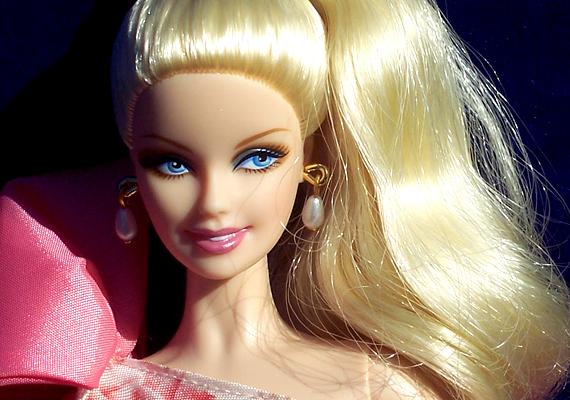 Számos szakember szerint a bulimia és az anorexia kialakulása gyakorta hozható összefüggésbe a Barbie-kultusszal, ami évtizedek óta tartja magát. A plasztikbombázó egyébként az életben 220 centi magas lenne, 102 centis mellbőséggel, 56 centis derékbőséggel és 16 centis nyakkal.