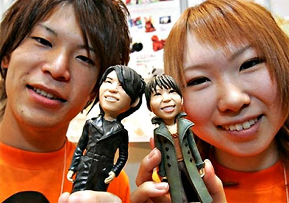 Japánban találták ki a hasonmás-akcióhőst, melyet az erre szakosodott cég fénykép alapján készít el. Narcisztikus gyerekek számára ideális játékszer.