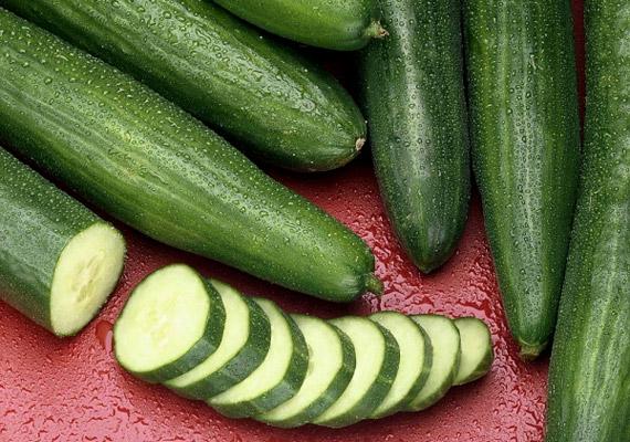A lúgosító hatású uborka C-vitamint és vízhajtó káliumot tartalmaz. Ha a parlagfűre vagy a feketeürömre érzékeny a kicsi, előfordulhat, hogy az uborkát kerülnötök kell.