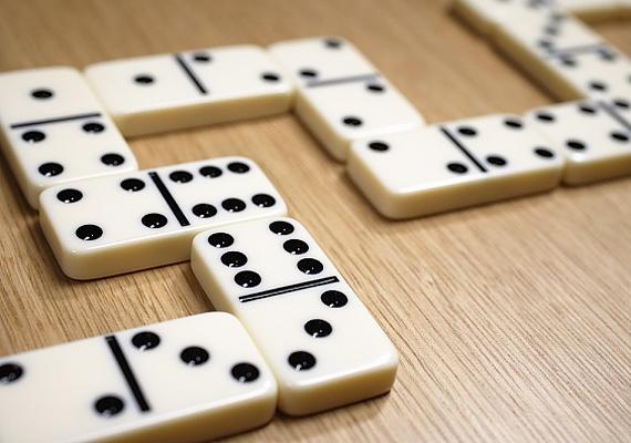 Ugyanez elmondható a dominóról is, a matematikai érzéket fejleszti.