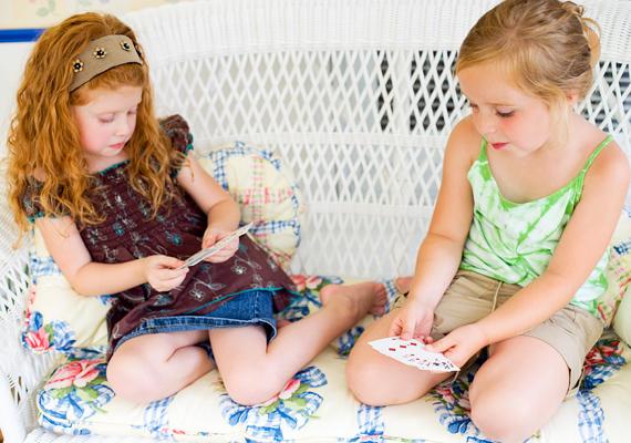 A kártyázás is a logikai képességeket erősíti, legyen szó bármilyen játékos kártyáról, esetleg memórialapokról.