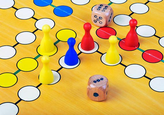 A társasjátékok kikapcsolódást nyújtanak mindamellett, hogy megfigyelésre ösztönzik a gyerkőcöt. Ráadásul a dobókocka pöttyeivel a számolás elsajátítása is egyszerűbben megy.