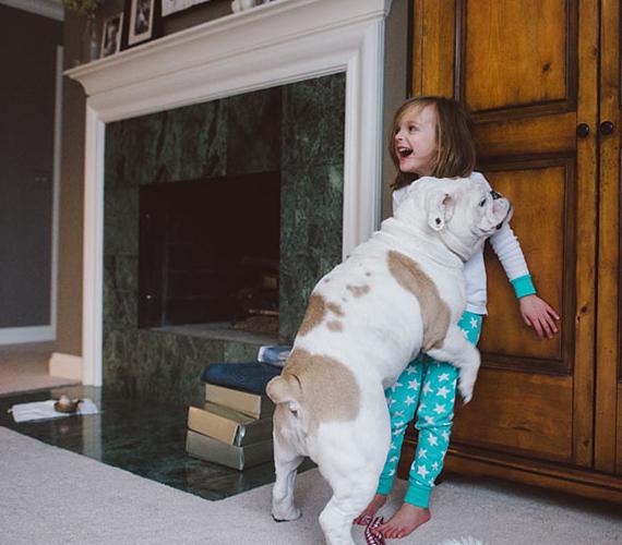 Akárcsak egy mesebeli kutya, Lola két lábra áll, és úgy öleli kis gazdiját, Harpert.