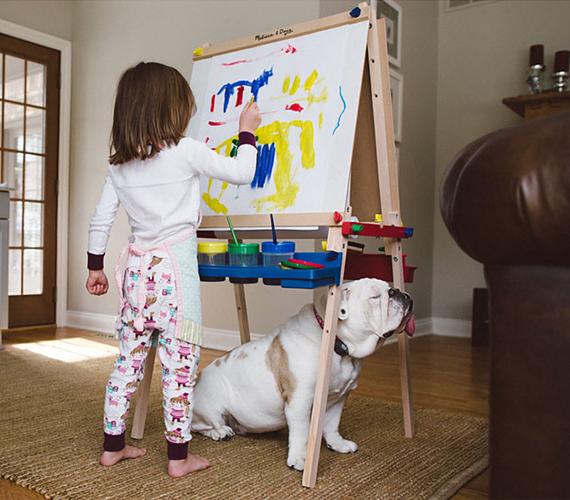 Rajzolni is szeretnek Harper óriási rajztáblájára.