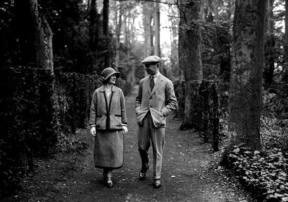 A most 87 éves II. Erzsébet királynő édesanyja az egész világon nagy népszerűségnek örvendő Erzsébet anyakirálynő volt. A képen VI. György brit királlyal, a férjével látható, amint a mézeshetek idején egy csendes sétán vesznek részt. VI. György és Erzsébet anyakirálynő életét a 2011-es, négy Oscar-díjjal jutalmazott A király beszéde című film is feldolgozta. Az 1900-ban született Erzsébet 101 éves korában, 2002-ben hunyt el.