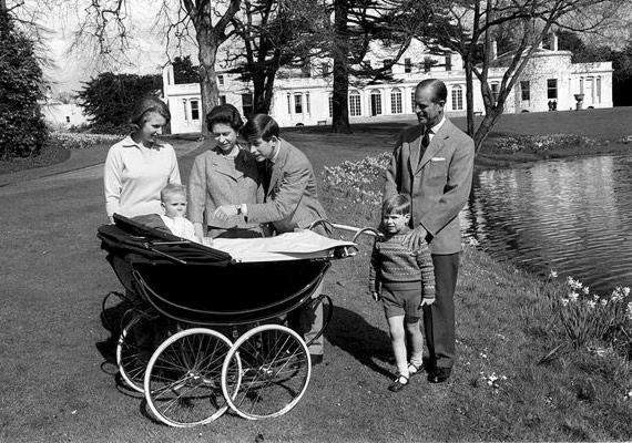 Négy évvel András herceg érkezése után, 1964. május 2-án megszületik II. Erzsébet negyedik gyermeke, Eduárd. A királynő sokat pihent negyedik terhessége alatt, igaz, ebben az időszakban már rendkívül aktív politikai életet élt. Károly és Eduárd - a királynő legnagyobb és legkisebb gyermeke - között 16 év a korkülönbség.