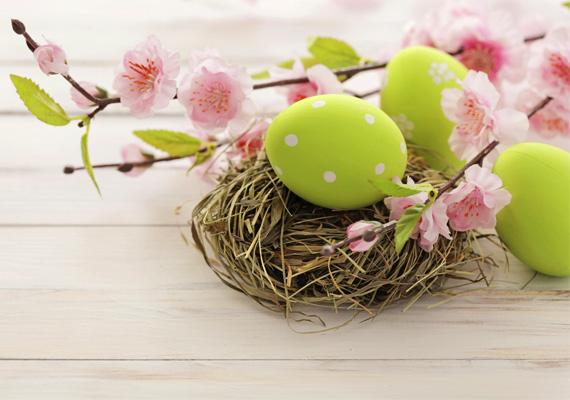 Húsvét van, odakinnmosolyog az ég is,Adjanak egy hímes tojást,mosolygok majd én is!