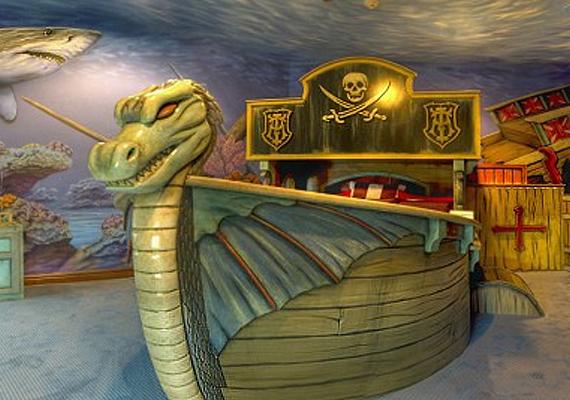 Persze a tervezők nemcsak a kislányokra gondolnak. Fiú sztárcsemetéknek gyakorta választanak a szüleik ilyen vikinghajót utánzó ágyat, ami - hasonlóan a többihez - nem két forintba kerül.
