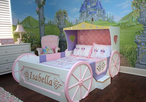 Heidi Klum és Seal kislánya, Leni ilyen hercegnői hintóágyban alussza álmát.