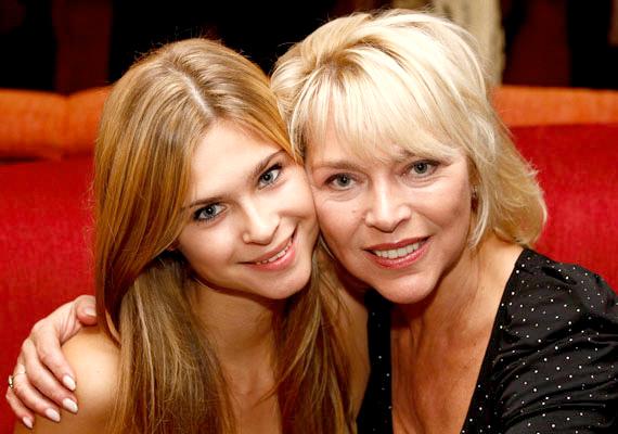 Az 53 évesen is roppant vonzó színésznő, Nyertes Zsuzsa lánya, Zsuzska mintha a mama fiatalabb kiadása lenne.