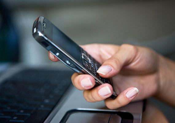 Bár a hivatalos álláspont szerint a mobiltelefon teljesen ártalmatlan, erről a szakemberek közül sem mindenki van meggyőződve. Jobb, ha nem használod éjjel-nappal a készüléket, illetve nem hordod közvetlenül a testeden. A laptop is elektromágneses hullámokat bocsát ki - ha ilyenen kell dolgoznod, inkább ne vedd az öledbe. Az asztali számítógépet pedig kapcsold ki, ha már nincs rá szükség.