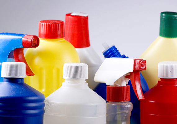 A tisztítószerek szintén tele vannak vegyi anyagokkal. Ezekből is kapható természetes verzió különféle árfekvésekben, de használhatsz természetes házi szereket is, úgymint például ecet, só, szódabikarbóna, teafaolaj.