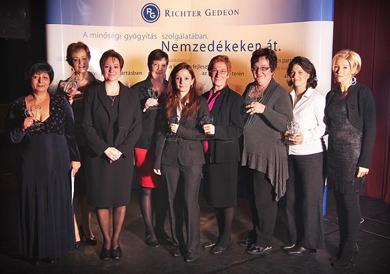 Az Aranyanyu díjazottjai, Rácz Zsuzsa író és Beke Zsuzsa, a Richter Gedeon Nyrt. PR és kormányzati kapcsolatok vezetője.