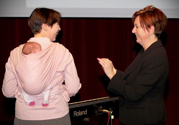 Pechan Eszter, a pedagógus kategória egyik döntőse - nemrég született kisbabájával - és Rácz Zsuzsa író.