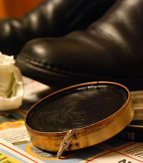 CipőkrémAmint gyereked mászni kezd, nem árt, ha a tisztító szereket magasabb régióba költözteted. A cipőkrém ugyanis állagra és kinézetre is kifejezetten csábító lehet, összetevői azonban rosszullétet, hányást okozhatnak.Kapcsolódó cikk:A 3 legügyesebb cipész a városban »