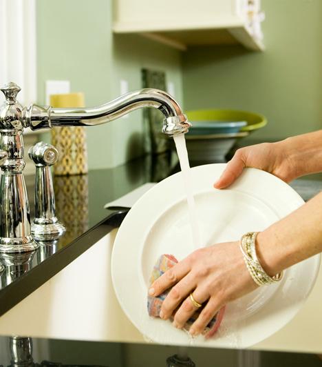 MosogatószerA mosogatószer csábítóan habzik, ami könnyen megihleti a határtalan gyermeki fantáziát. Jobb esetben egy nyalintásból rájön a pici, hogy ez keserű és rossz, de rosszabbul is elsülhet a kaland. Amíg egészen kicsi a gyermeked, nem árt, ha a mosogató alatti, vegyszerekkel teli részleghez sem fér hozzá.