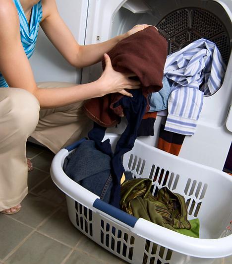 MosószerekNem árt, ha a csábító flakonban lévő mosószert is távol tartod a gyerektől, bár nem csak elfogyasztva lehet káros hatása. Előfordulhat, hogy a kicsi bőre nem bírja a mosóporos textileket, még alapos öblítés után sem, ebben az esetben próbálj mosódiót alkalmazni.Kapcsolódó cikk:Rákot okozó mérgek a lakásodban »
