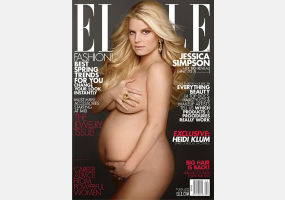 Jessica Simpson hasonlóképpen Demi Moore-ra hajazott, amikor az Elle címlapján állt modellt gömbölyödő pocakkal. Első gyermekének neve Maxwell.