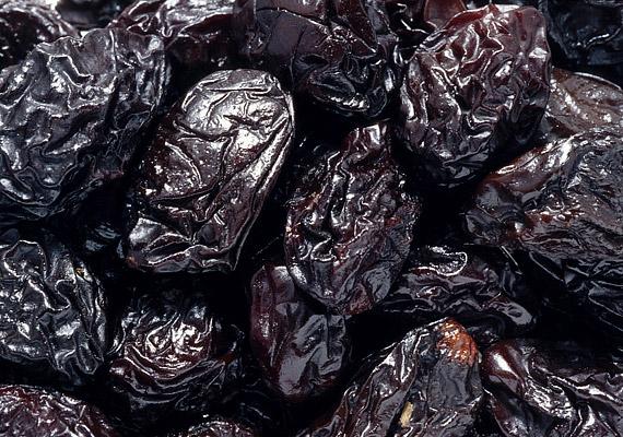 Bár egy szelet csokinál jobbak, az aszalt gyümölcsökből sem érdemes tonnaszámra fogyasztani, mert magas a cukortartalmuk, ezáltal észrevétlenül rávarázsolják az emberre a plusz kilókat.
