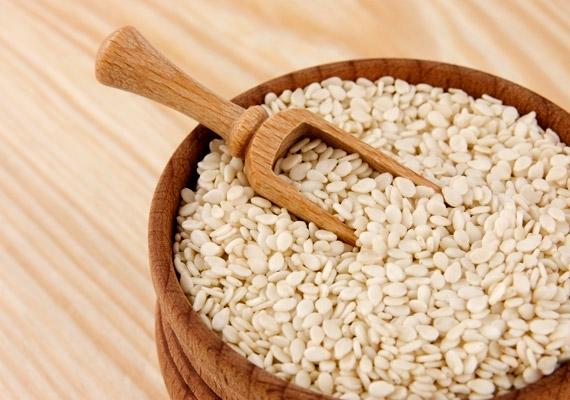 A szezámmagnak 100 grammjában 430 milligramm kalcium van. Változatosan felhasználható: megszórható vele az otthon sütött pogácsa, a saláta vagy akár a sült is.