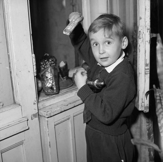 Akkor is, mint ma, csillogó szemmel fedezték fel a gyerekek, hogy a Mikulás édességekkel ajándékozta meg őket.(1960)