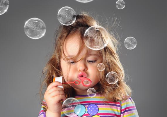 Hogy valami maradandó is kerüljön a csomagba, vehetsz a gyereknek például egy 12-es színes filctollat 500-600 forintért vagy buborékfújót 200-300 forintért.