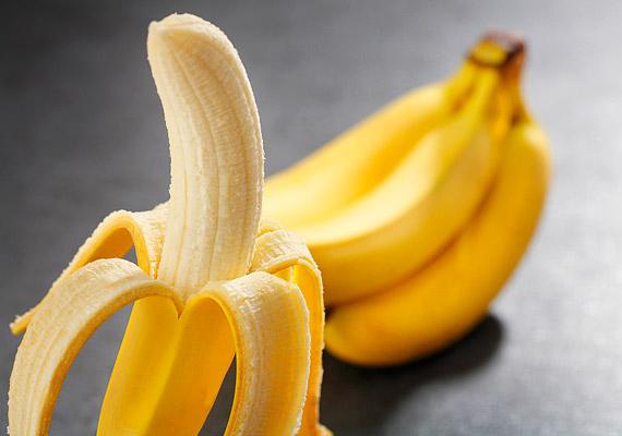 A banán, hasonlóan a szőlőcukorhoz, szintén energiabomba. Egy banán 45 percnyi kemény edzéshez ad elég energiát egy felnőtt embernek. B-vitamin-tartalma miatt jó az idegrendszernek, serkenti az agyműködést, és még jókedvre is derít a benne lévő triptofán miatt.