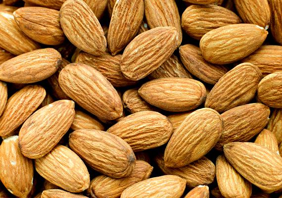 A mandula és más csonthéjasok, úgymint a mogyoró vagy a dió nemcsak vitamintartalmuk miatt, de értékes olajaik, mint az omega-3 miatt is különösen jó hatással vannak az agyra. Tudtad, hogy az agy 60%-a lipidekből áll, amelyek jelentős része omega-3 és -6 zsírsav?