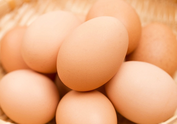 Milyen gyakran csinálsz tojást a gyereknek? A változatosan elkészíthető alapanyag igazi tápanyagbomba - gondolj bele, hogy egy komplett élőlényt alkot meg és nevel fel a benne lévő tartalom. Számtalan értékes tápanyaga közül a kolin az, ami az agy segítője: javítja a memóriát.