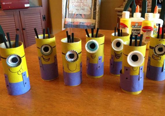 Minyonos ceruzatartó                         Mi kell hozzá?                                                                           WC-papír-gurigák                                                                                                    kék, fehér, fekete és sárga papír                                                                                                    fekete alkoholos filc, ragasztó, pillanatragasztó, olló                                                                                                    üdítős kupakok                                                                           A guriga egyik felére kék, a másikra sárga papírt ragassz, majd fekete filccel rajzolj szájat és szemüvegpántot. Pillanatragasztóval ragaszd fel a kupakot szemüveg gyanánt, belsejébe egy fehér korongot ragassz, amelyre fekete filccel rajzoltál szembogarat. Hajat apró fekete papírcsíkokból ragaszthatsz.
