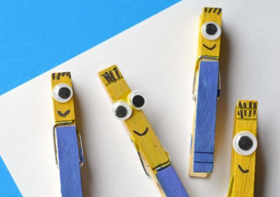 Minyonos csipeszMi kell hozzá?egyszerű facsipeszekvízhatlan, kék és sárga színű festékalkoholos fekete filc, ragasztóműanyag szemek - hobbiboltbólA csipeszek tetejét sárgára, alját kékre fesd, majd ha megszáradt, filccel rajzolj szájat és hajszálakat. Végül ragaszd a helyükre a szemeket vízálló ragasztóval.