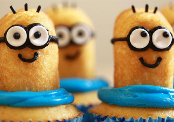 Minyonos cupcakeMi kell hozzá?• egy muffin - alapnak• kék muffinpapír• kék ételfestékkel festett vaníliakrém nyomózsákban• babapiskóta• szőlőcukor• ehető tintás sütidíszítő filc - nagyobb áruházakban kapható• tortadara, cukorszirup - 3 evőkanál cukor + 2 evőkanál víz -, olvasztott csokiFélbevágott babapiskótára rajzolj a díszítőfilccel szemüvegpántot és szájat, majd a szőlőcukorból kevés olvasztott csoki segítségével ragassz szemeket. Szembogarat a filccel rajzolj. Hajszálakként tortadarát ragassz fel cukorsziruppal. A kész minyont nyomd a kék krémbe, amit a muffinra nyomtál.