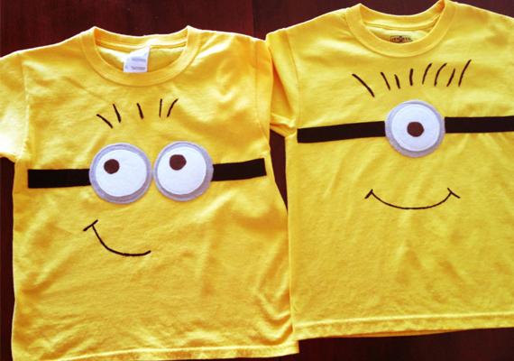 Minyonos pólóMi kell hozzá?• sárga póló• fehér, fekete, szürke textil• fekete textilfilc• olló• cérna és tű vagy textilragasztóA szemüveghez vágj ki egy nagyobb szürke, egy kisebb fehér kört, és varrd vagy ragaszd egymásra, majd a pólóra. Pántként két fekete csík kell, amelyeket a pólóra kell ragasztanod vagy varrnod két oldalra. Szembogarat, hajat és szájat textilfilccel rajzolj.