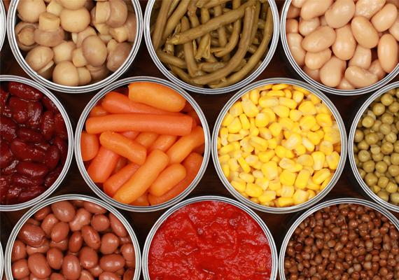 Konzerv                         A konzerv nem egyenlő a frissen vett zöldségekkel és húsokkal, tápanyagtartalma messze áll az otthon főzött ételekétől, a különféle zöldségek és gyümölcsök vitamintartalma pedig szintén kisebb a frissen vásárolténál. De nemcsak emiatt kerülendő a konzerv: a doboz belső bevonata a műanyaggyártásban használt biszfenol, ami káros az immunrendszerre.