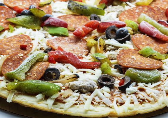 Mirelit pizza                         A munkából hazaérkezvén sokan esnek abba a hibába, hogy kibontanak egy-két mirelit pizzát, és sütőbe dobják, majd a meleg étel illúziójától elégedetten dőlnek hátra. Kicsik-nagyok szeretik, egyszerű és gyors - mégse tedd az asztalra! A mirelit pizza feltéte gyakorta rossz minőségű, ráadásul ez az étel szintén transzzsírforrás.