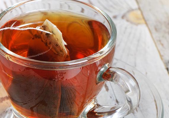 És ha már tea, nem szabad elfeledkezni a zöld és fekete teákban lévő csersavról sem. Ez úgymond kiszívja a gyulladás mérgét, így csökkenti az égés okozta fájdalmat.