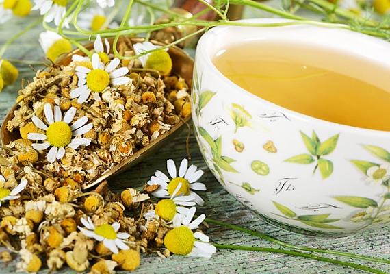 A kamilla virágzatból főzött tea a körömvirághoz hasonlóan szintén hatásos lehet, hála antibakteriális és gyulladáscsökkentő hatásának. Ugyanakkor sok gyerek allergiás rá, ezért csak akkor használd, ha tudod, hogy a te csemetédet nem irritálja.