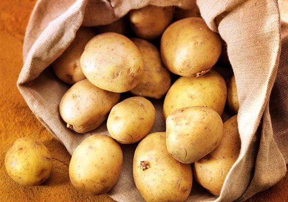 A krumpliban található keményítő hűsíti és nyugtatja a bőrt. Reszelj le egy-két szem zöldséget, és a péppel kezeled le az égett felületet. Akár többször is megismételheted egy nap, ha a fájdalom nem akar csökkenni.