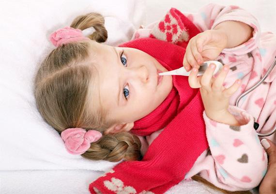 Ha a gyerkőcödnek fáj a torka, tegyetek a nyaka köré egy jó meleg kendőt vagy kötött sálat, ez ugyanis segíti a begyulladt torok gyógyulását, és a melegérzet különben is jólesik a betegnek.