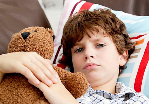 Ha puha, meleg ágyba dugod a gyereket, az nagyon sokat jelenthet a gyógyulása szempontjából. Egyrészt azért, mert a paplan alatt jóleső melegben van, másfelől ha pihen, mindazt az energiát, amit talpon elhasználna, szervezete a gyógyulásra fordítja.