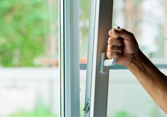 Ne felejts el időnként kiszellőztetni abban a helyiségben - és az egész lakásban is természetesen -, ahol a gyerek tartózkodik! Ne tartson vissza az sem, ha hűvös van odakinn. Amíg ablakot nyittok, a csemetéd egy meleg köntösben menjen egy másik szobába. A bacilusokkal teli levegő nem túl hasznos a betegnek.