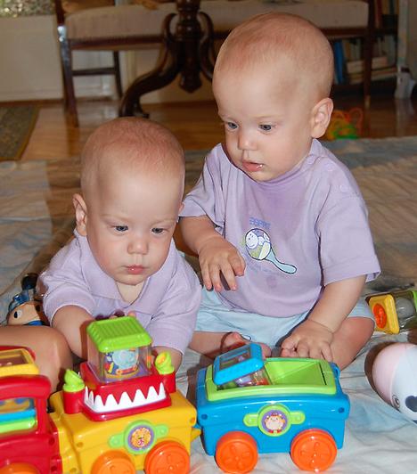 Mindhárom fiú szeret autózni, de már most látszik, hogy közülük Peti lesz a műszaki zseni. Ő akkor érzi jól magát, ha mindkét kezében tarthat egy-egy járgányt. Még Detti sem tudja elvenni tőle, holott ő a legerősebb az ikrek közül.